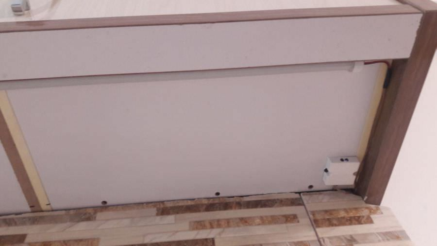 نمای زیر کابینت مجهز شده به لامپ و یک عدد سنسور زیرکابینتی