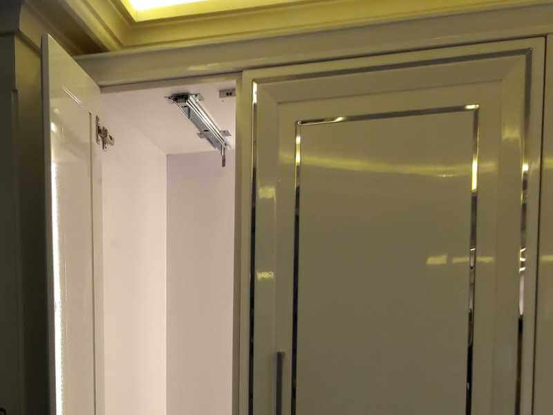سنسور درب کابینتی نصب شده بر روی سقف یونیت در سمت راست