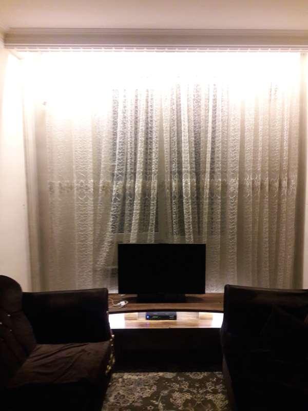 میز تلویزیون نور پردازی شده به همراه لامپ بالای کتیبه
