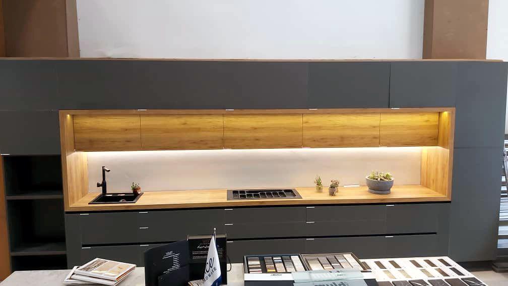 کابینت پله ای نورپردازی شده در فروشگاه ینی مارکت